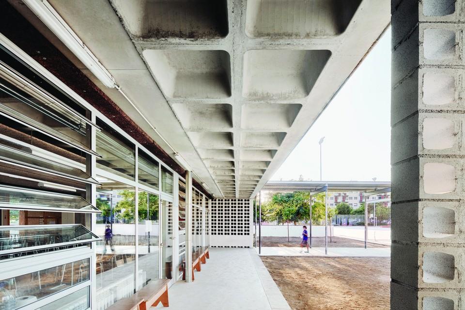 有限的材料,无限的变化-西班牙教学楼设计