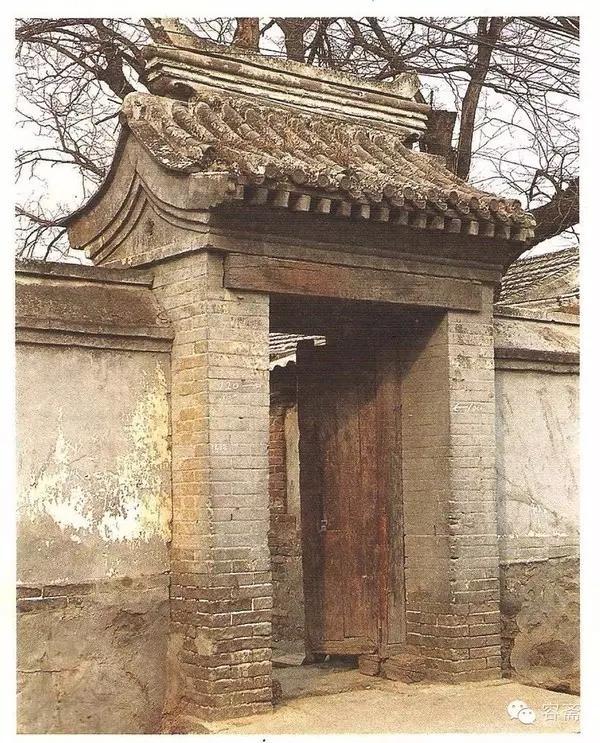 說起我國古代民居的門 最講究禮制的 當屬天子腳下老北京四合院的宅門  史家胡同博物館中的四合院沙盤  老北京四合院模型  《穿墻透壁》中的四合院繪畫 四合院的宅門又稱街門,是主人家的門面,象征著主人的社會地位,自然最受重視。  所以根據主人不同的地位,宅門也分為不同的形制,其中級別最高的是王府大門。
