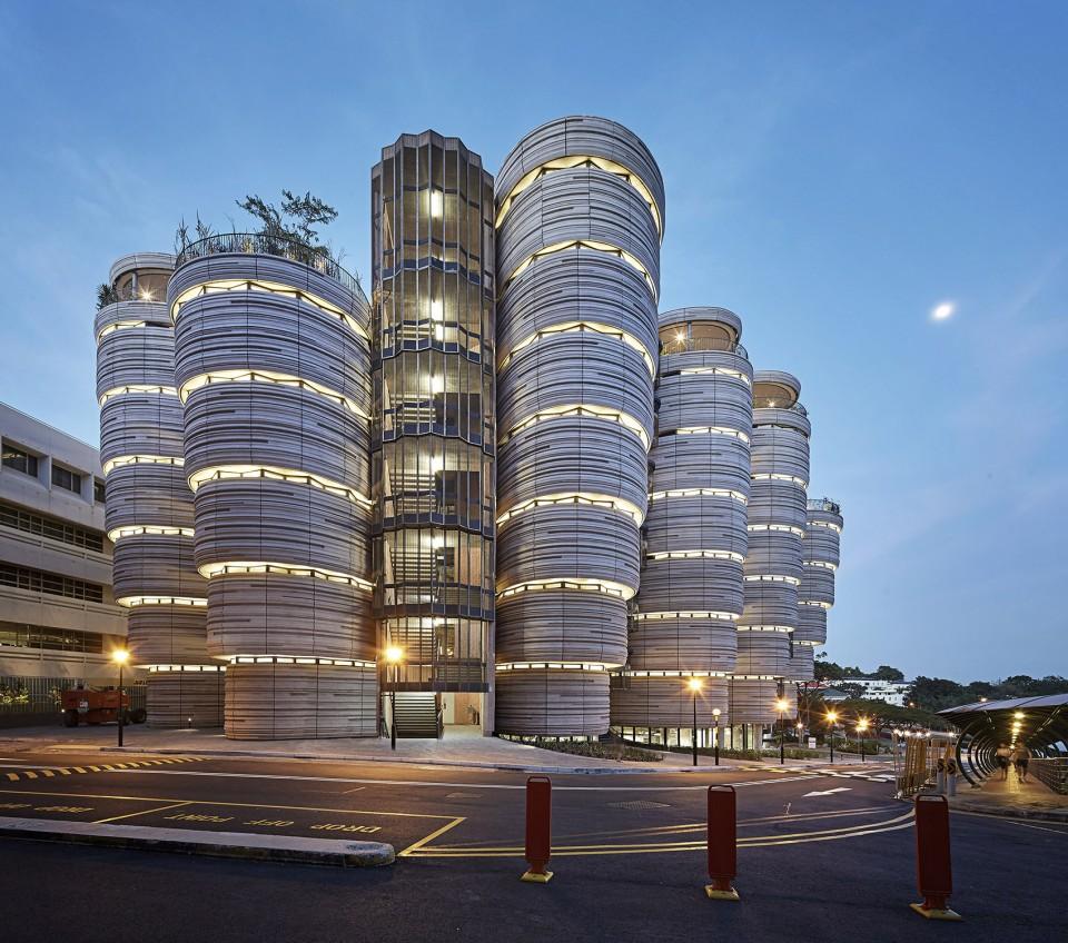 Heatherwick studio先前贏得為新加坡南洋理工大學設計學習中心的競賽。而這棟學習中心作為南洋理工大學注資達3.6億英鎊的計劃的一部分,也作為整個校園在二十年來第一次的再開發項目,已于2015年3月完成。  互聯網的出現和低成本的電腦使得學生接受教育的方式發生了明顯的改變。大學建筑不再是學生可以獲取教育資源的唯一地點,而充滿無盡走廊的乏味空間、缺少自然光以及其他人存在痕跡的建筑則更顯暗淡。 Heatherwick studio選擇來重新定義一棟大學建筑應有的抱負,致力于使其回歸成為高等教育體驗