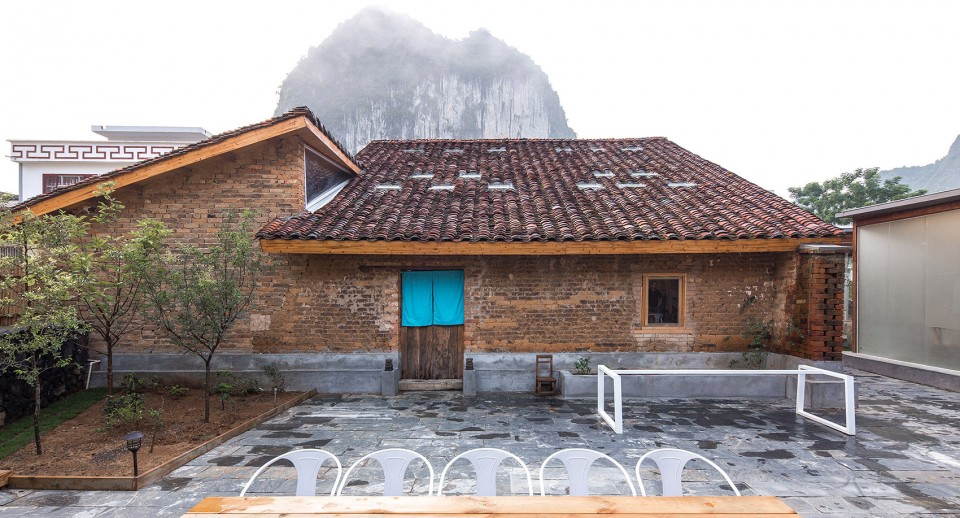 空间狭窄,建筑师将老房子的内部墙体拆除,植入了钢结构形成大空间
