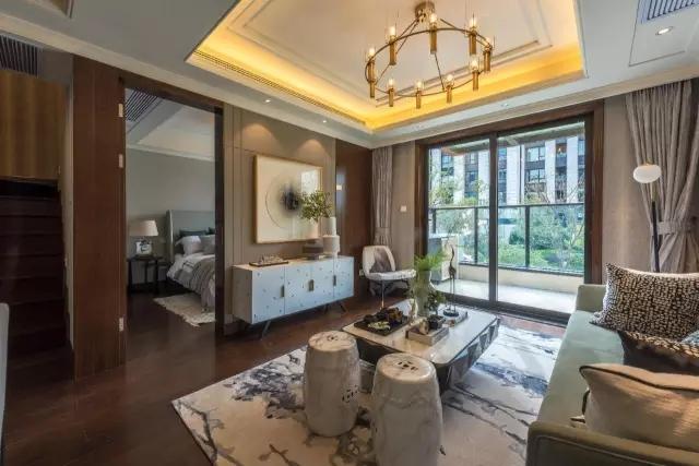 什么样的叠加别墅才好卖?今天给大家看一个上海金地的120-142面积段三叠小别墅,每一叠都保证了尺度舒适感,而且高赠送、高私密性,卖点十足,令人惊喜。     项目总共分五期开发,西侧是宽阔的天然河道景观,从一期二期230平米起步的大平层,到五期获得国家专利的合庐独栋别墅,一至五期,依河而建。 这个叠墅小面积、控总价,今天重点聊聊120平米-142平米叠加别墅的独门绝技: 怎样把三叠产品的每一叠, 都做到完美无缺、让人喜欢?   首先从上图一个单元看这三叠5户人家的排布。 下叠为一梯一户,独占一层140