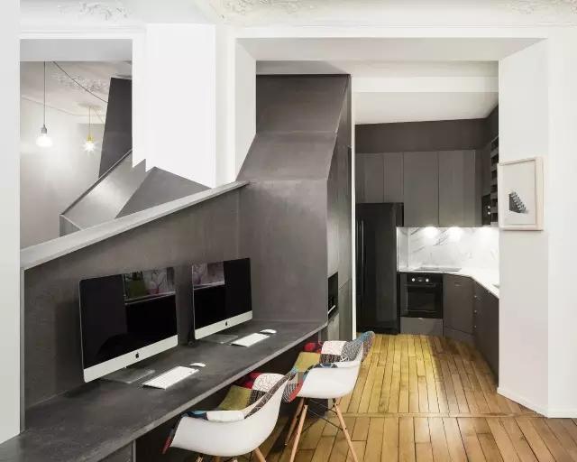 隔断小宅 Partition Small House 别人都是利用隔断墙 来设计小宅的空间 而它却是在不规则的隔断基础上 以立柜的形式 重新组合了空间的功能 平面布局图  黑白相间的空间 黑色代表的是 用立柜组合而成的小宅隔断  欧式的雕花吊顶 简洁的纯白墙面 为了凸显黑白分明的家居氛围 家具全都使用单调的黑白色  而隔断墙 除了隔离了空间 还成为了最具有收纳性的家具 双排Home Office桌面  沿着墙沿 厨房设计在最拐角的位置 吊柜、抽屉橱柜结合 并将冰箱立于两者之间  电磁炉与吊柜连为一体 油盐