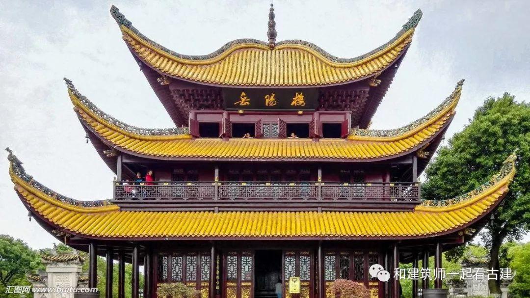 在以前的文章中,向大家介绍了中国古建筑屋顶的几种主要形式,它们是庑殿式、歇山式、悬山式、硬山式和攒尖式。除了上面提到的这五种,还有那些屋顶形式呐?今天就向大家简单介绍一下。 1、卷棚式屋顶 这种形式的屋顶,前后两坡相连处没有屋脊,而是以弧形自然地前后反转,像卷过屋顶一样,因此叫卷棚式屋顶,它最基本的特征就是没有屋顶的正脊。这种处理形式可以与歇山、悬山、硬山式屋顶相结合,形成卷棚歇山式、卷棚悬山式、卷棚硬山式等优美的屋顶形式。卷棚式屋顶活泼优雅,一般多用于园林建筑,能很好地体现古人的追求和趣味,例如北京颐